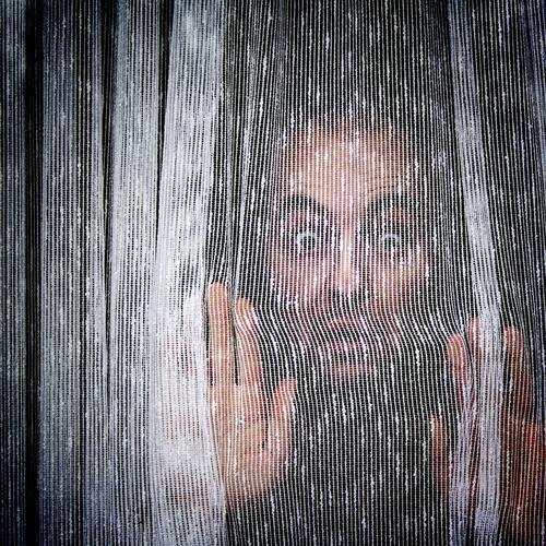 Hinter dem Vorhang des Lebens Mann Porträt Gardine Fenster Stoff Sichtschutz hängen Entsetzen Blick privat Mensch Spießer Wohnung gefangen eng Freude