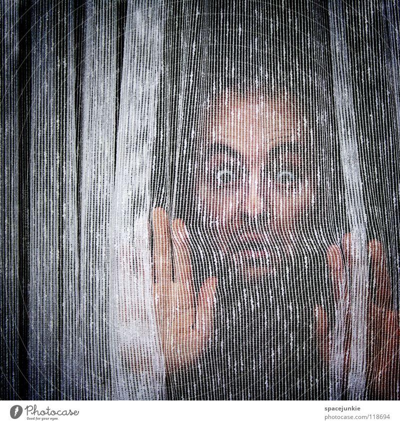 Hinter dem Vorhang des Lebens Mensch Mann Freude Fenster Angst Wohnung leer geheimnisvoll Stoff eng Vorhang hängen gefangen Gardine Entsetzen privat