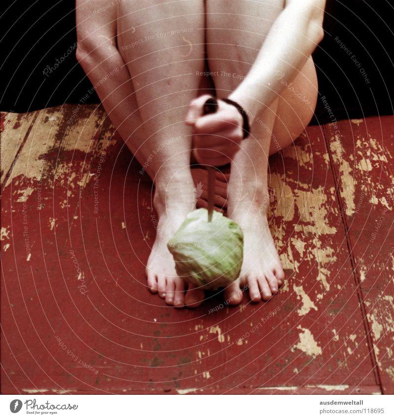 Jetzt hab ich den Salat Hand grün schwarz Ernährung Farbe nackt feminin Gefühle Fuß Beine Haut Essen Lebensmittel Bodenbelag analog