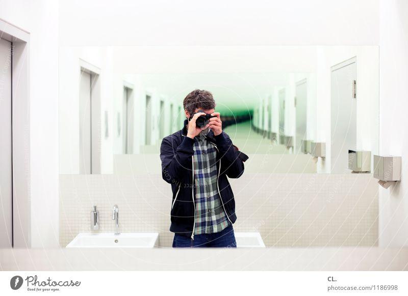 spiegelbild Mensch Mann Erwachsene Leben maskulin Kreativität beobachten einzigartig Spiegel Irritation Inspiration Identität Fotografieren Spiegelbild