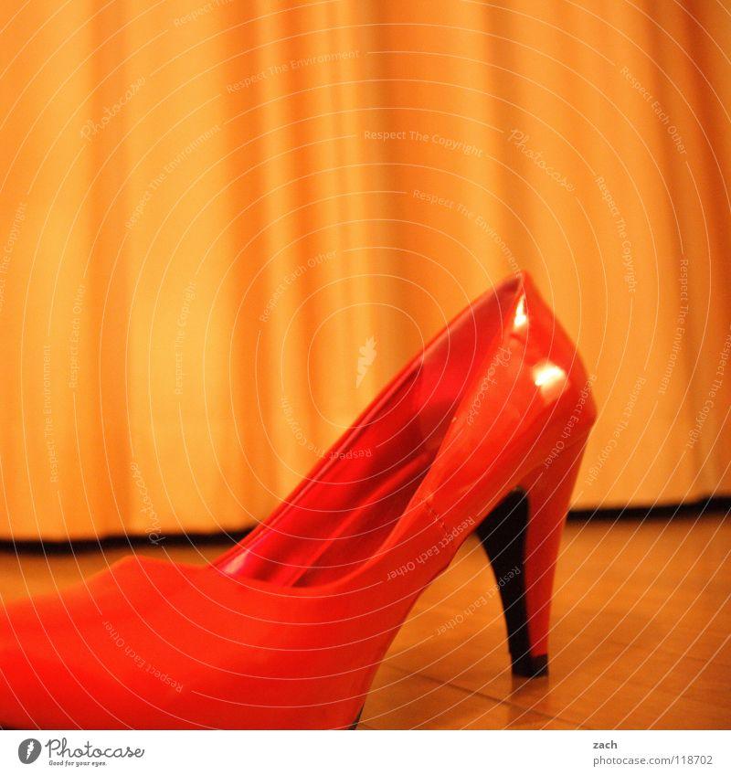 Der andere Schuh von dem Manitu seiner Frau Frau rot Einsamkeit Holz Schuhe gehen laufen Bekleidung modern Bodenbelag Dame schick Parkett grell Holzfußboden