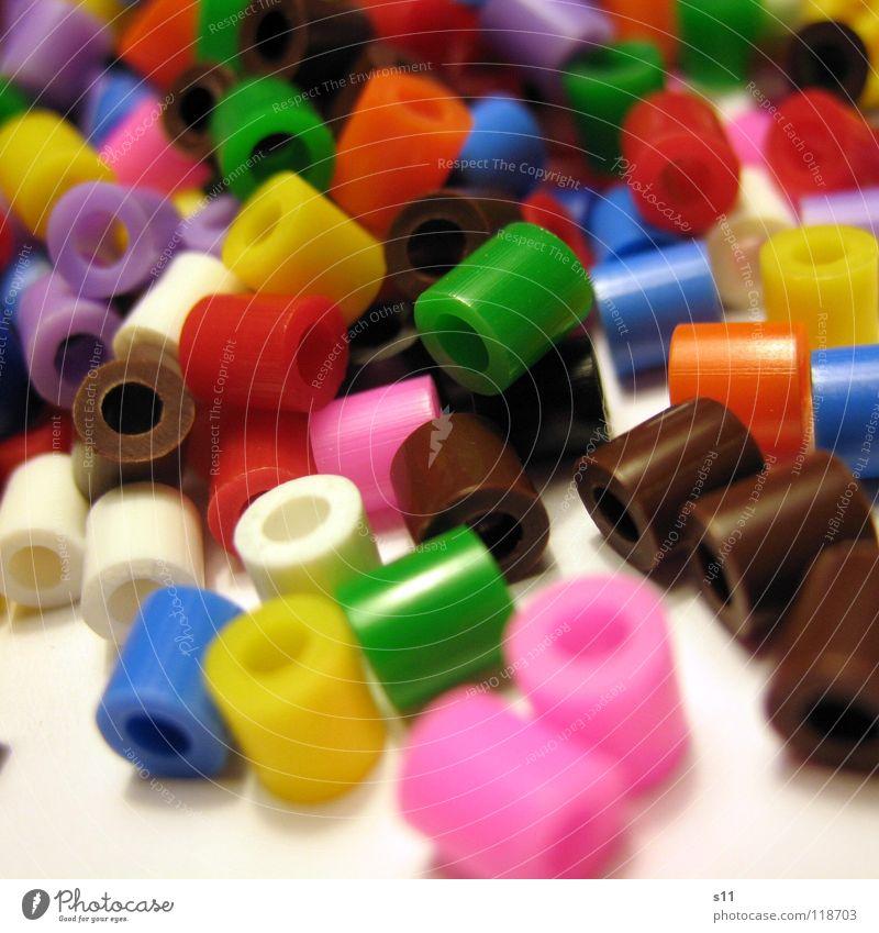 Bunte Plastikperlen Kunststoffperle mehrfarbig gelb grün rosa weiß braun schwarz rot Basteln Haufen unordentlich Makroaufnahme Nahaufnahme Freizeit & Hobby