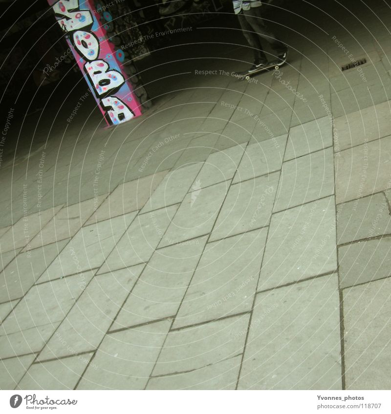 Skaterboy in action Mensch Mann Jugendliche blau Stadt Farbe Wand Graffiti Spielen Freiheit grau Mauer Stil Kunst rosa Freizeit & Hobby