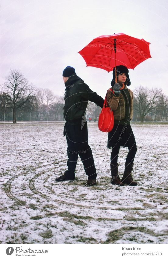 NAHDISTANZ: Winter Liebe Ferne Schnee Park Kreis Küssen Regenschirm Dresden berühren Langeweile Hass Intimität Zärtlichkeiten Defensive