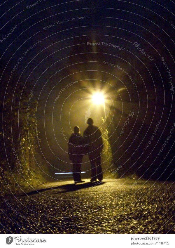 Die Nacht schön dunkel Paar Regen Zusammensein paarweise Romantik Vertrauen Laterne feucht