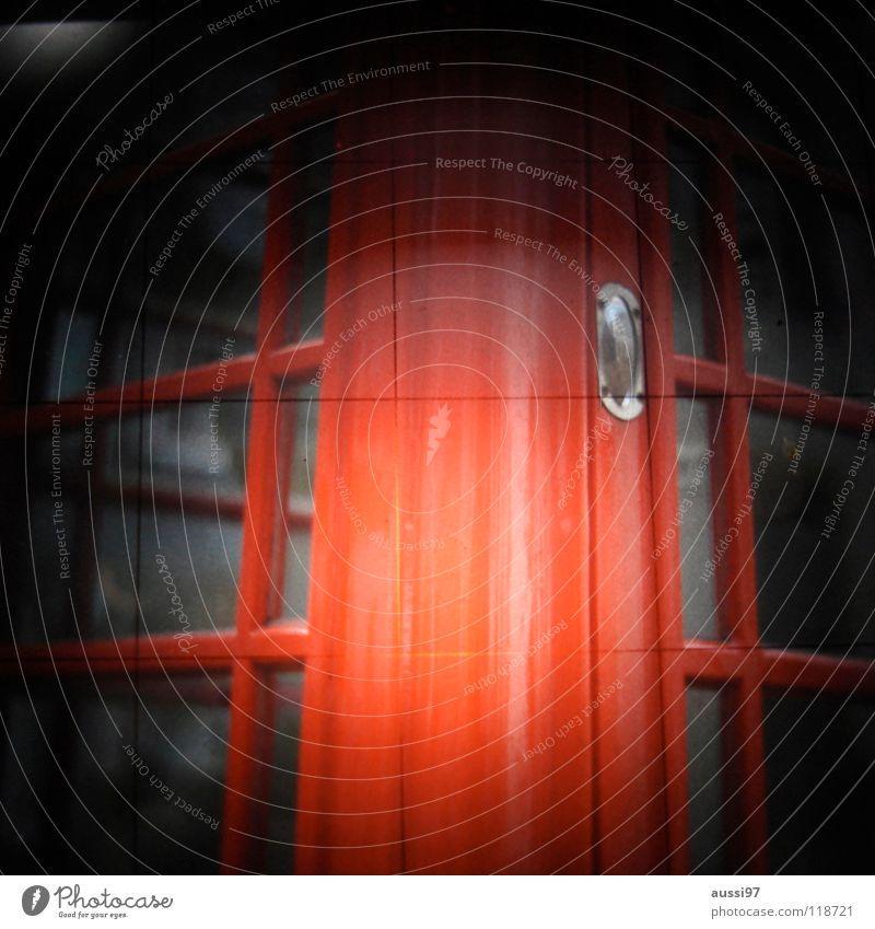 Einzelzelle Telefon Telefonzelle Englisch London England Großbritannien Monarchie Telekommunikation Vignettierung Wahrzeichen Denkmal Lichtschacht