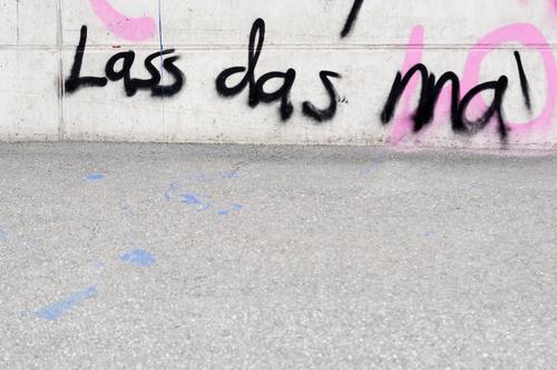 Lass das ma Subkultur Bauwerk Mauer Wand Fassade Wege & Pfade Beton Schriftzeichen Graffiti Entschlossenheit protestieren Bürgersteig Fußweg Ablehnung