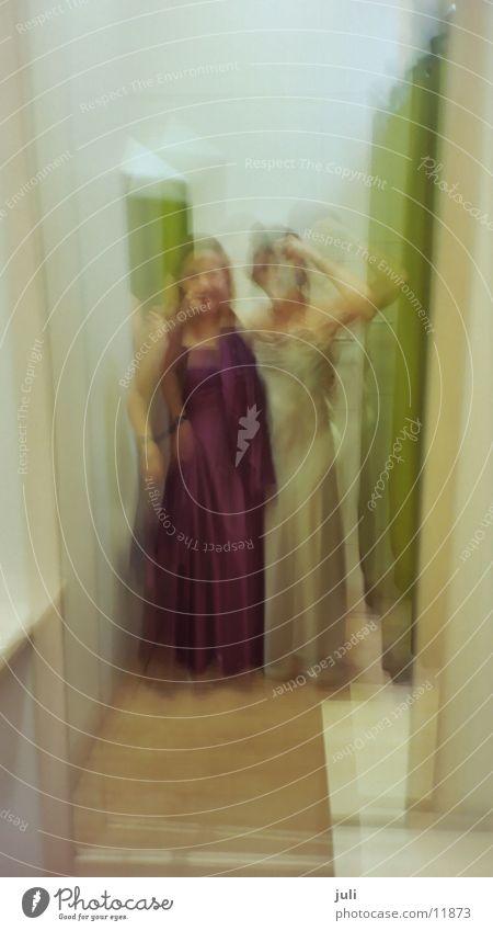 Ladies im C&A :-) Frau lustig Dame Kleid Umkleideraum Ballkleid