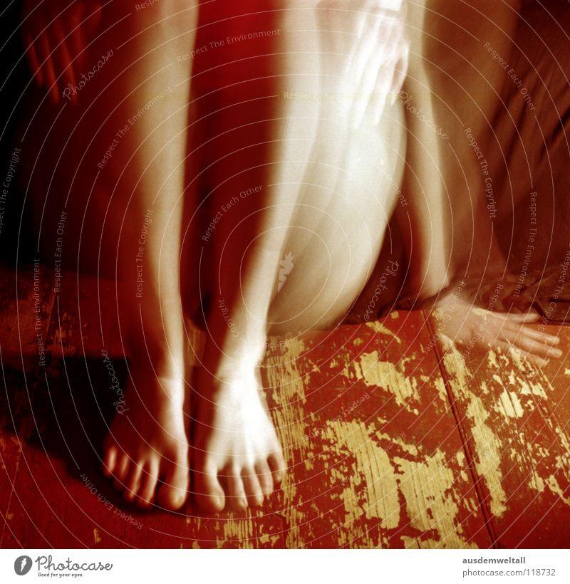 Alle Hände voll zu tun feminin Hand Zehen schwarz Langzeitbelichtung Gefühle analog Mensch self Beine Fuß Bodenbelag . rot Bewegung negativscan color Farbe