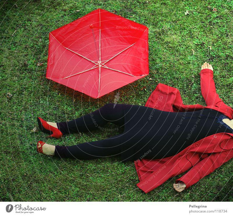 Lady in Red rot Mantel Gras Jacke Damenschuhe Schuhe bewegungslos Frau Hand Kriminalität kalt rengenschrim leggins Bodenbelag Hülle getroffen Wind liegen
