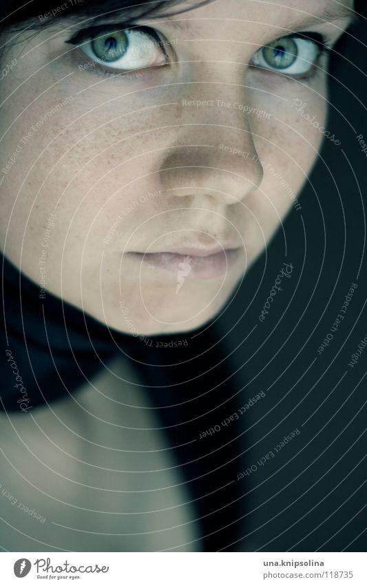 reflet Gesicht feminin Junge Frau Jugendliche Erwachsene Gefühle Pupille Kontaktlinse Dekolleté Sommersprossen Porträt Blick Reflexion & Spiegelung