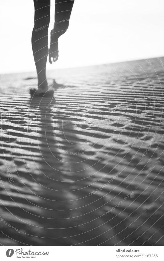 déchaux Kunst ästhetisch Zufriedenheit Laufsport laufen Joggen Beine Fuß Barfuß Sand Gefühle berühren Wüste Bewegung Dynamik Frauenbein dezent Schwarzweißfoto