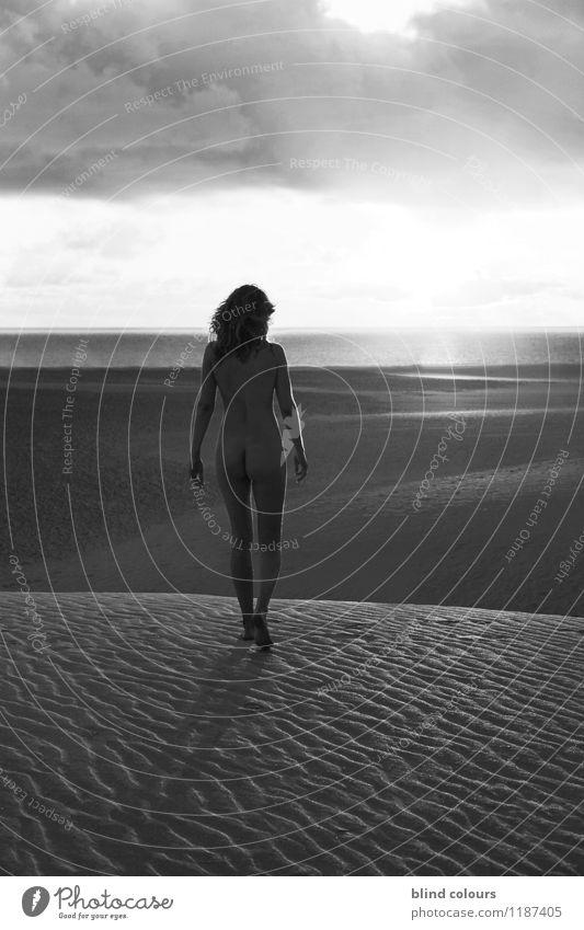 fugue Kunst ästhetisch Zufriedenheit Frau Frauenrücken Frauenzimmer Wüste Sandstrand Akt Weiblicher Akt nackt Nackte Haut laufen Ferne Meer Sommer Freiheit