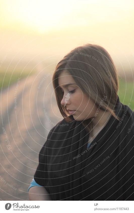 Jugendliche Junge Frau Einsamkeit Ferne Traurigkeit Gefühle Wege & Pfade feminin Stil Lifestyle Haare & Frisuren Mode träumen elegant authentisch Bekleidung