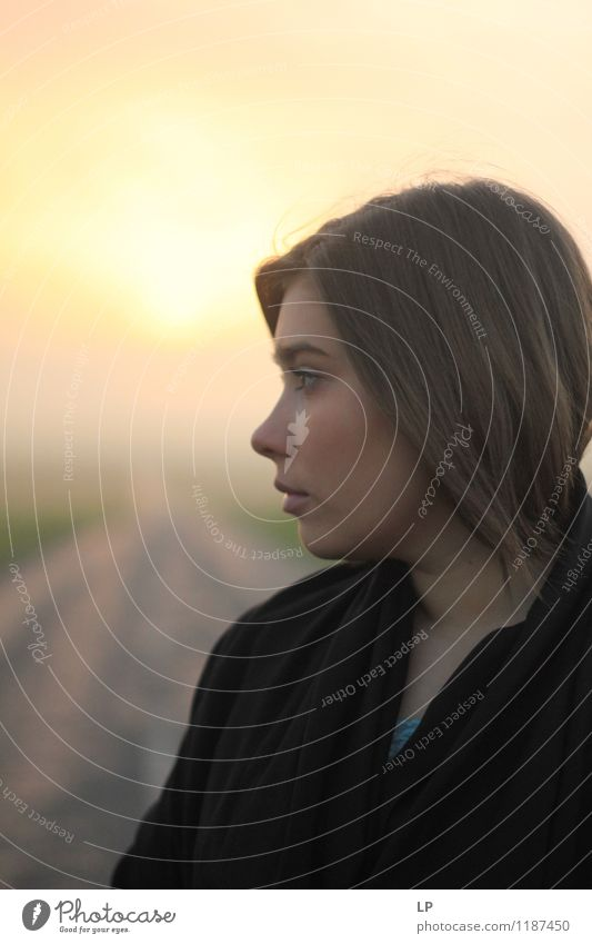 Ein Profil Lifestyle schön Haare & Frisuren Haut Leben Mensch feminin Junge Frau Jugendliche Mode Schal schwarzhaarig langhaarig leuchten stehen träumen