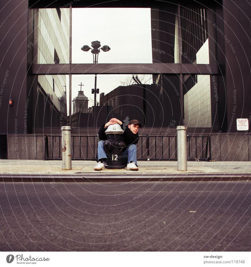 A L L E S W A S E I N G U T E S P H O T O .... New York City Financial District Wasserrohr Hydrant Bürgersteig Hochhaus Reflexion & Spiegelung Laterne Mann