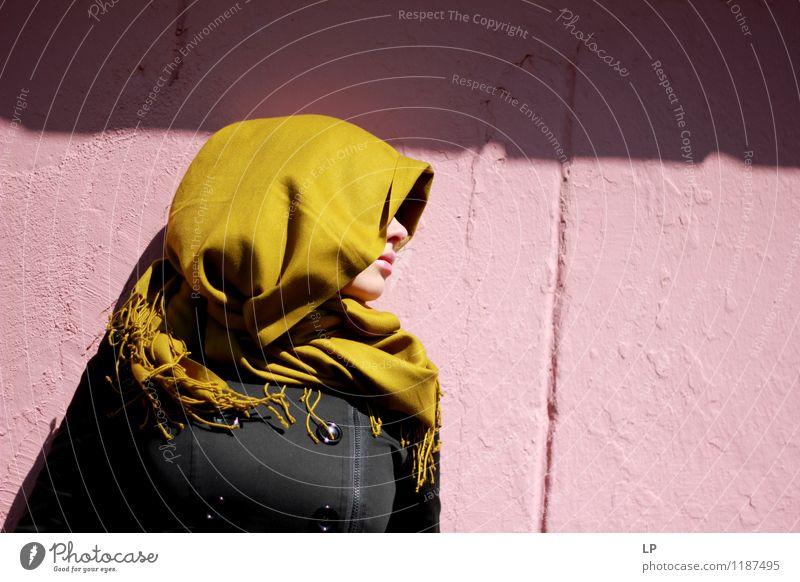 Profil auf einer rosa Wand Mensch Frau schön Erholung Einsamkeit ruhig schwarz Erwachsene Leben Senior feminin Stil Lifestyle Zufriedenheit