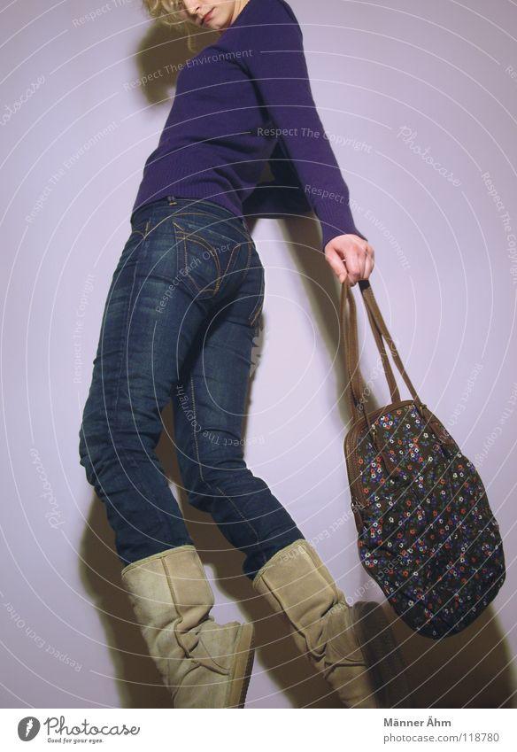 trippling. Mensch Frau schön ruhig Wand Schuhe gehen laufen Bekleidung T-Shirt Körperhaltung Rasen festhalten Hose Stiefel leicht
