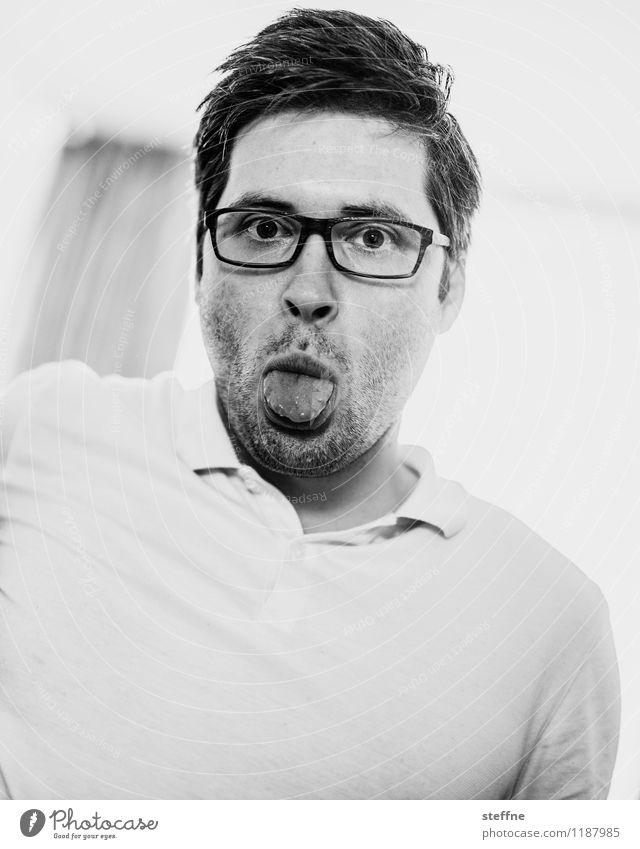 ohne Worte maskulin Mann Erwachsene 1 Mensch 30-45 Jahre grau lustig kindlich Zunge Brillenträger polo-shirt Schwarzweißfoto Innenaufnahme Textfreiraum rechts