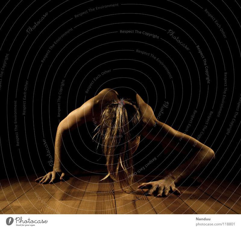 weiter Frau Hand Sport dunkel Kraft klein Kraft Bodenbelag Fitness gruselig unten Müdigkeit Schulter beweglich seltsam Turnen