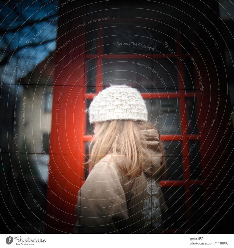 Wozu sind Telefonzellen da? Kind Mädchen Tür Telekommunikation Neugier London England Englisch Sucher Vignettierung Großbritannien Fototechnik Wollmütze