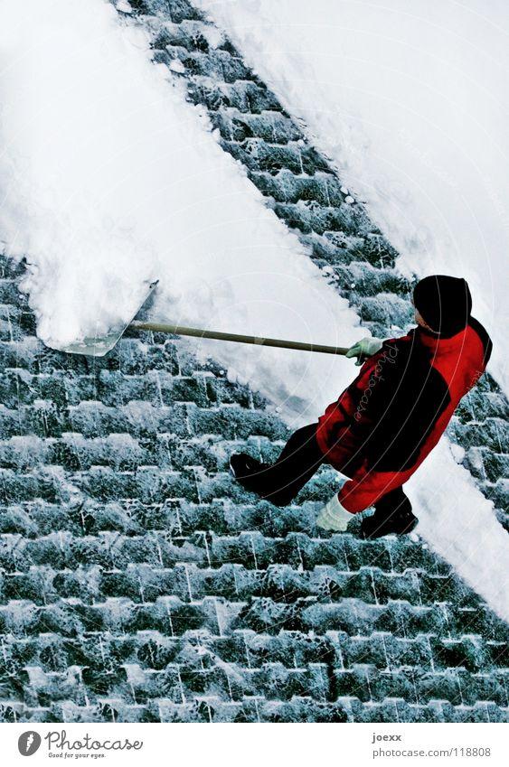 Motivationsschub Mann Winter kalt Schnee Arbeit & Erwerbstätigkeit verrückt Jacke Mütze Bürgersteig Langeweile Verkehrswege Kopfsteinpflaster diagonal Glätte Regler Schaufel