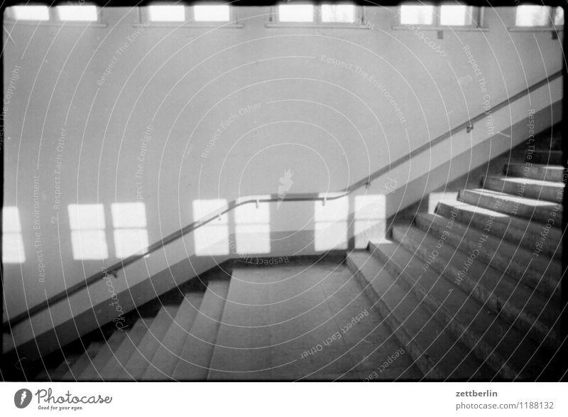Hohen Neuendorf, 1984 Treppe Niveau Treppenabsatz Schwarzweißfoto Sonne Fenster Licht Schatten Geländer Treppengeländer aufsteigen Abstieg Textfreiraum