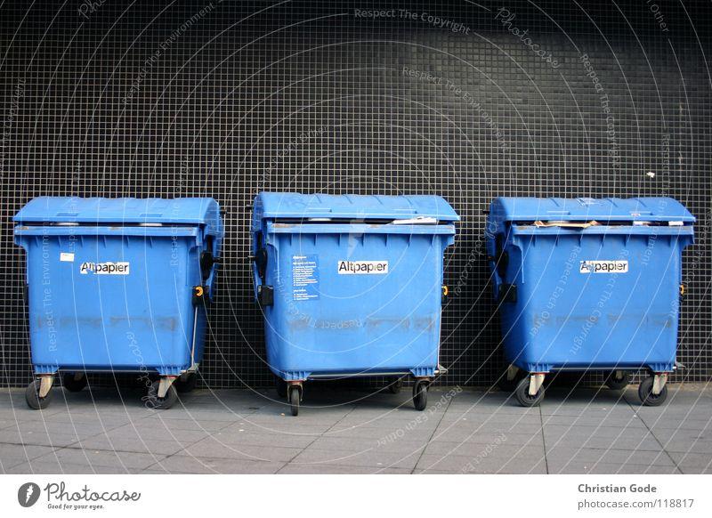 Ansammlung weiß blau schwarz Straße Wand Recycling 3 Papier mehrere Bodenbelag Müll Dinge Fliesen u. Kacheln Bürgersteig Verkehrswege Sammlung