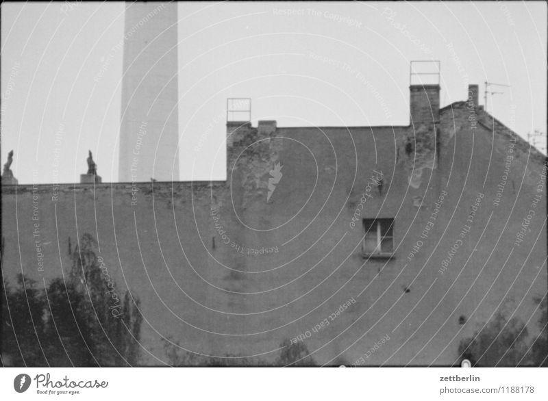 Fernsehturm, 1984 Schwarzweißfoto grau trist Traurigkeit Berlin Hauptstadt Stadtzentrum DDR Hackesche Höfe historisch Berliner Fernsehturm schaft Haus Wohnhaus
