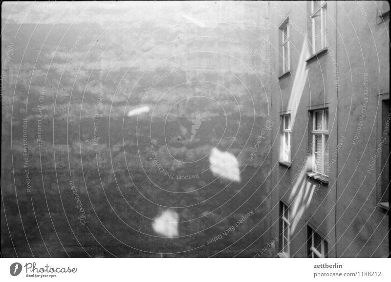 Prenzlauer Berg, 1984 Schwarzweißfoto grau trist Traurigkeit Hof Hinterhof Innenhof Mauer Brandmauer Altbau Fenster Häusliches Leben Wohnung Aussicht Licht