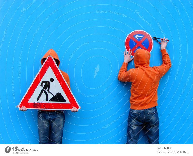 kriminelle Mädels Mensch Mann blau Hand weiß schön rot Farbe Wand Mauer orange Deutschland Arbeit & Erwerbstätigkeit gehen Arme Schilder & Markierungen