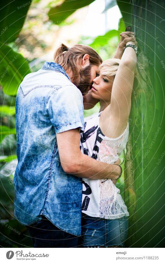 2 maskulin feminin Junge Frau Jugendliche Junger Mann Paar Mensch 18-30 Jahre Erwachsene Zusammensein trendy schön Erotik Leidenschaft Liebespaar Intimität