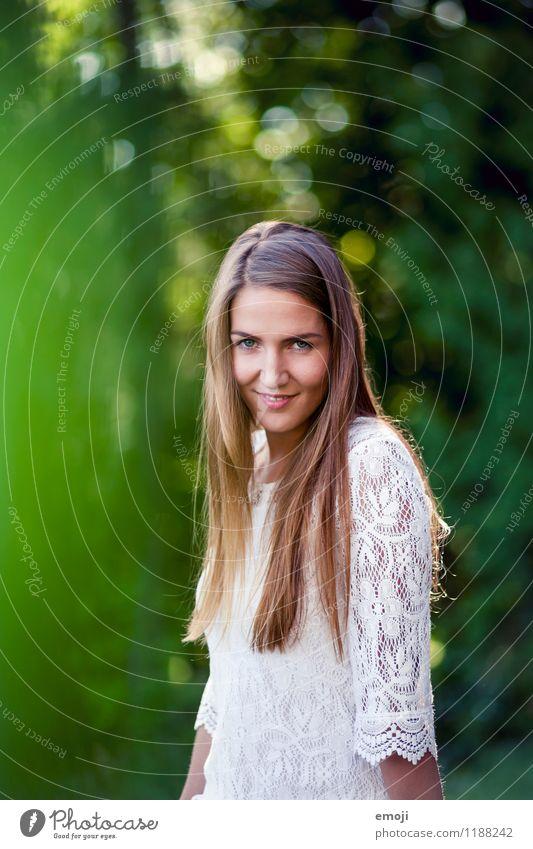 grateful Mensch Jugendliche schön grün Junge Frau 18-30 Jahre Erwachsene natürlich feminin Glück Lächeln Freundlichkeit brünett langhaarig