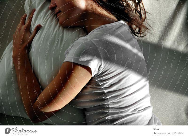 Noch nicht ganz wach Frau schön Erholung träumen Zufriedenheit schlafen Bett festhalten Müdigkeit Umarmen Kissen Bettwäsche Bettlaken Schlafzimmer Zärtlichkeiten Halbschlaf