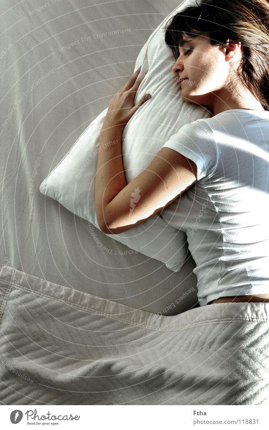 Noch nicht ganz wach II Frau Erholung träumen Zufriedenheit Gesundheit schlafen Bett festhalten Müdigkeit Umarmen Kissen Bettwäsche Bettlaken Schlafzimmer
