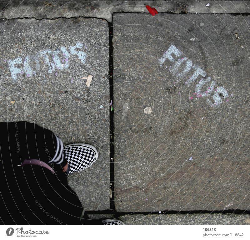 JUST FOTOS Schuhe Fotografie Typographie Straßenkunst Wort Vogelperspektive stehen Bürgersteig Schablone sprühen Buchstaben Spielen Graffiti Wandmalereien