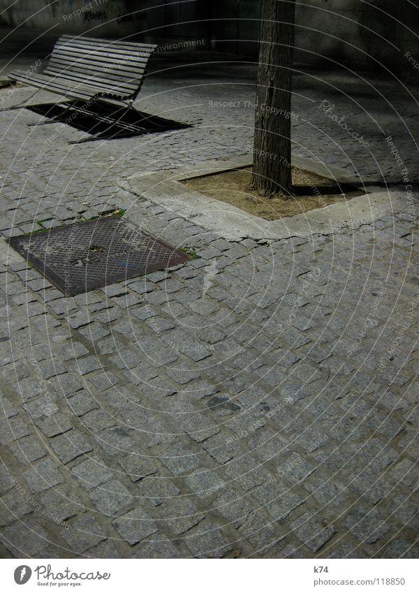 Barcelona Hafen Baum ruhig Einsamkeit grau Traurigkeit leer Bank Kopfsteinpflaster Nacht hart