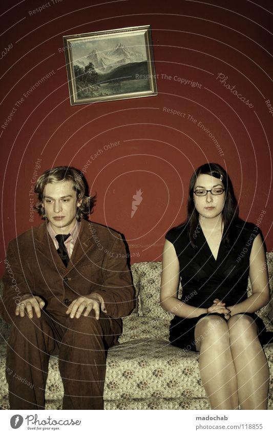 Paar sitzt apathisch auf dem Sofa und starrt auf den Boden - Alltagsszene einer Ehekrise wenn die Liebe vorbei ist Mann Scheidung Ärger Stress Notfall maskulin