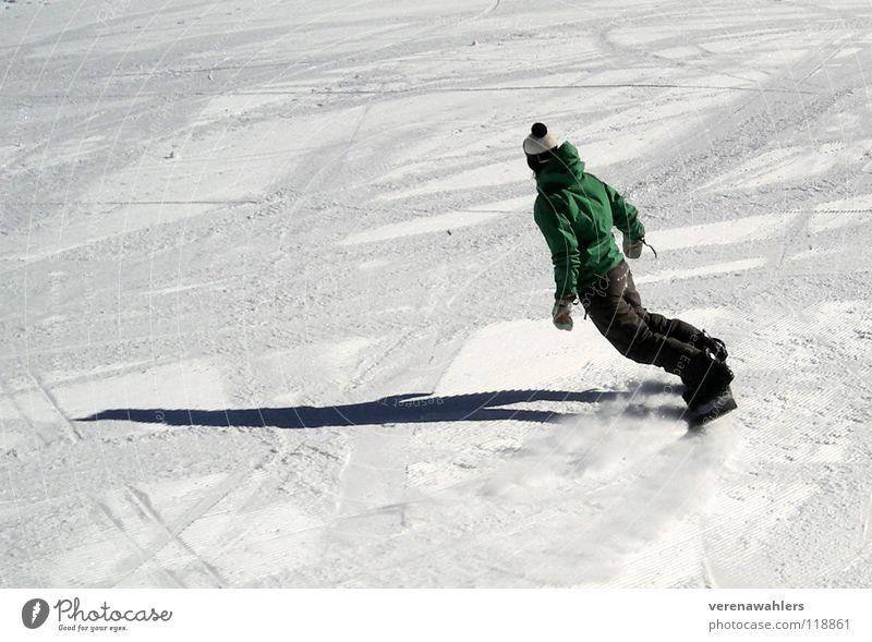 Schattenauf9. Snowboard weiß Winter Sport Spielen Schnee Alpen Balderschwang Spuren Skipiste Wintersport Abfahrt Schwung Kurve Bommelmütze Rückansicht