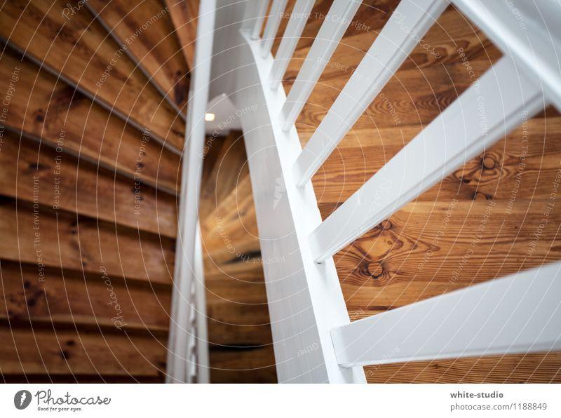 Abwärts Treppe gehen Holz Treppenhaus Treppengeländer Holztreppe Wohnung Altbau abwärts Treppenauge Sanieren Altbauwohnung Häusliches Leben Innenarchitektur