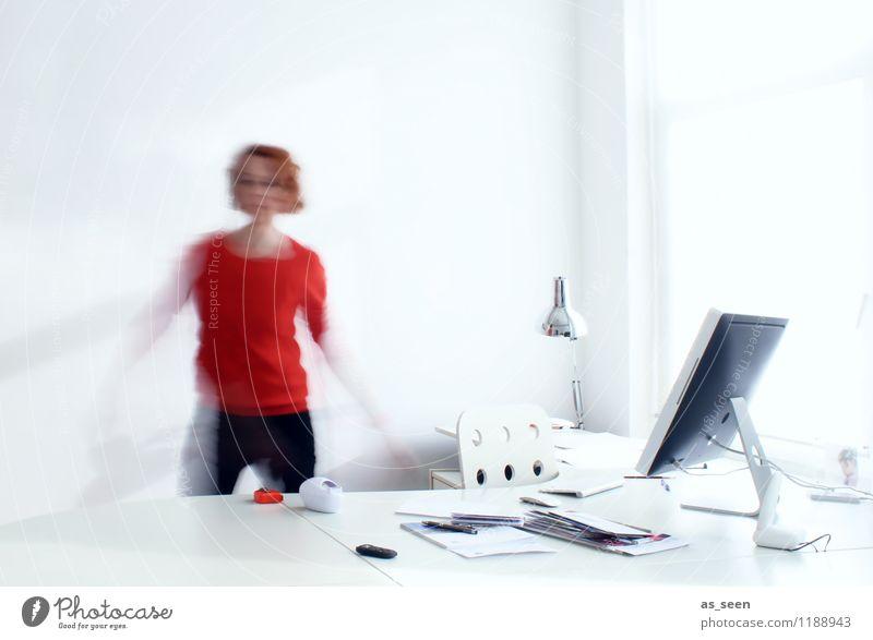 Busy Büroarbeit Designer Arbeitsplatz Computer Tastatur Computermaus Bildschirm Technik & Technologie Telekommunikation Informationstechnologie feminin Frau