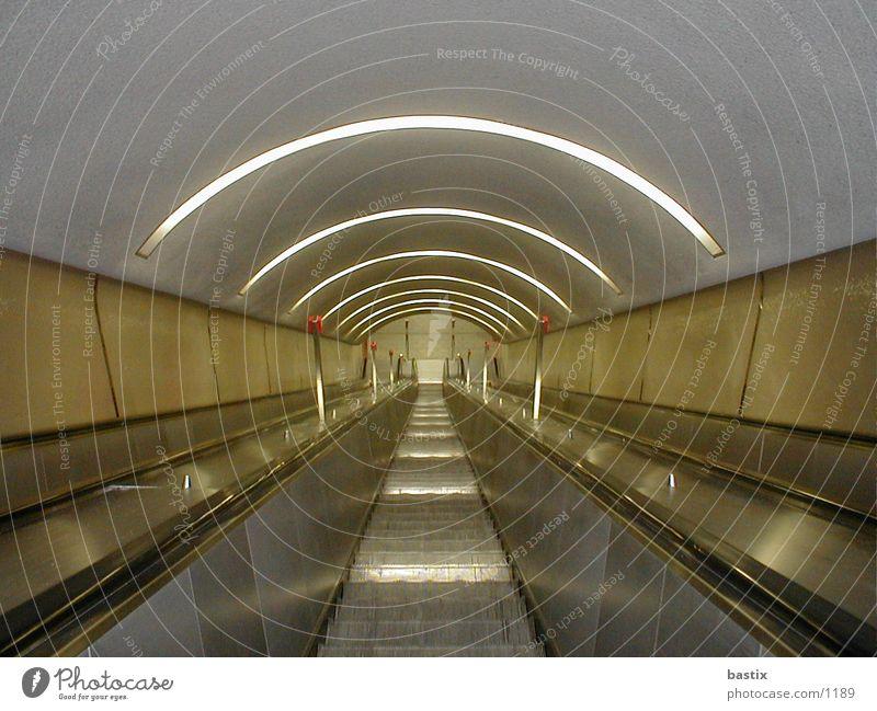 b:escalator:01 Technik & Technologie Treppe Rolltreppe Elektrisches Gerät Farbfoto Bogen Zentralperspektive Innenaufnahme Menschenleer abwärts Tunnelbeleuchtung