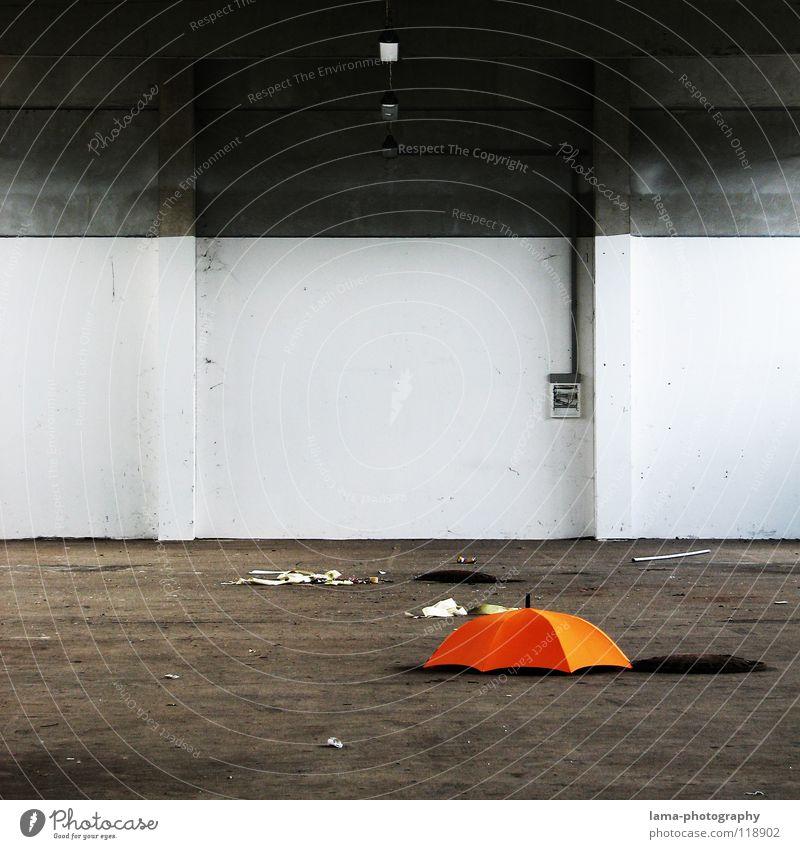 Immer einen im Lager... alt Wolken Farbe Lampe Wand grau Regen hell Beleuchtung orange dreckig planen Beton Industrie trist Dach