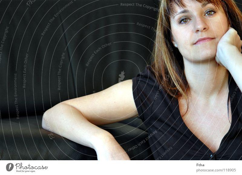 Was machen wir denn heute noch? Frau Hand Gesicht schwarz Denken Erwachsene Arme Bekleidung Fotografie Sofa Langeweile brünett Leder Erwartung Gelenk