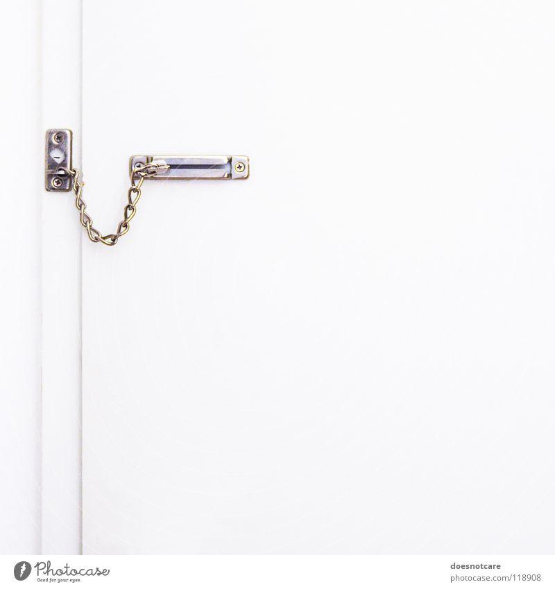 Closed. Tür weiß Sicherheit Schutz Angst gefährlich geschlossen gefangen Kette Eingangstür Türschloss Farbfoto Gedeckte Farben Innenaufnahme Menschenleer