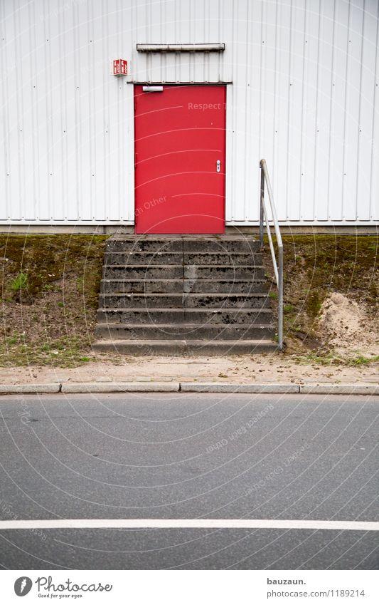 HH | hereinspaziert. rot Straße Wand Wege & Pfade Gebäude Mauer Linie Metall Fassade Tür Beton einfach Streifen Industrie Bauwerk Fabrik