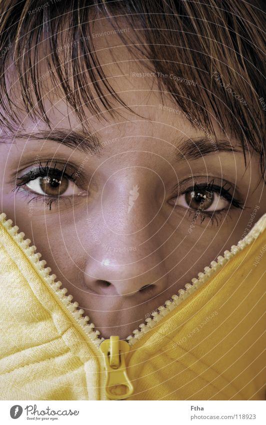 Ganz schön kalt heute Frau brünett gelb Reißverschluss Fleece Jacke frieren Bekleidung Jugendliche hochgezogen Haare & Frisuren Gesicht