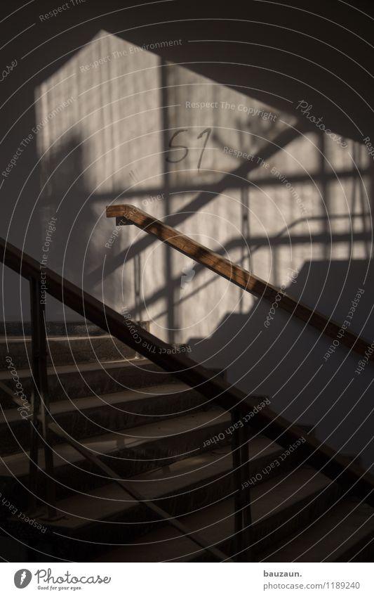 treppe. Häusliches Leben Schönes Wetter Haus Industrieanlage Fabrik Bauwerk Mauer Wand Treppe Fenster Beton Holz Schriftzeichen Ziffern & Zahlen Graffiti