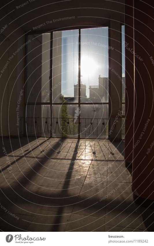 fenster. Häusliches Leben Haus Sonne Sonnenlicht Industrieanlage Mauer Wand Fassade Fenster Geländer Glas Linie beobachten Blick leuchten hell schön Farbfoto