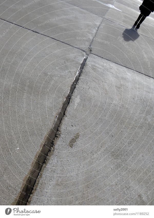 schwindelig   Schieflage Mensch Stadt Einsamkeit kalt Wege & Pfade grau gehen Beton nass Vergänglichkeit Neigung Verfall trocknen Pfütze Fußgänger